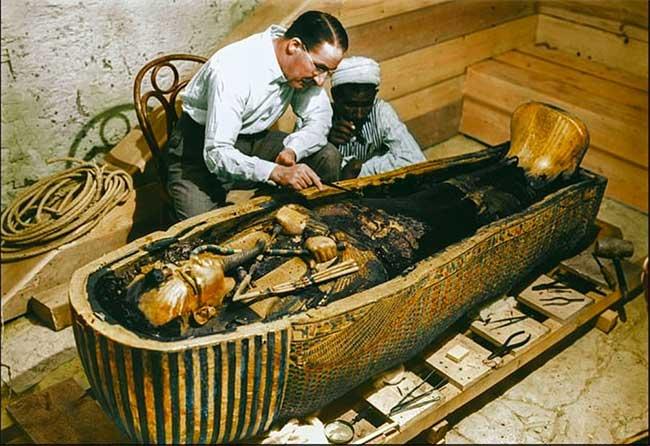 Khoảnh khắc vàng lúc quan tài vua Tutankhamun được mở.