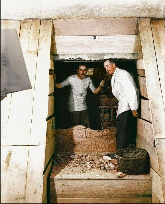 Nhà khảo cổ Carter, cùng Huân tước Carnavon đi vào mộ