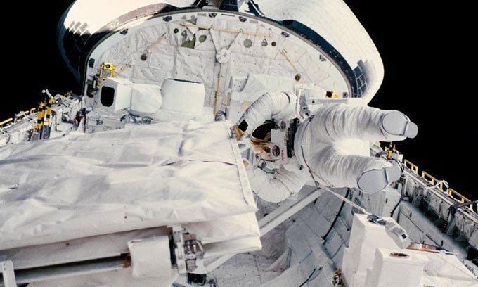 Kathy Sullivan bước ra ngoài không gian từ tàu con thoi Challenger năm 1984.
