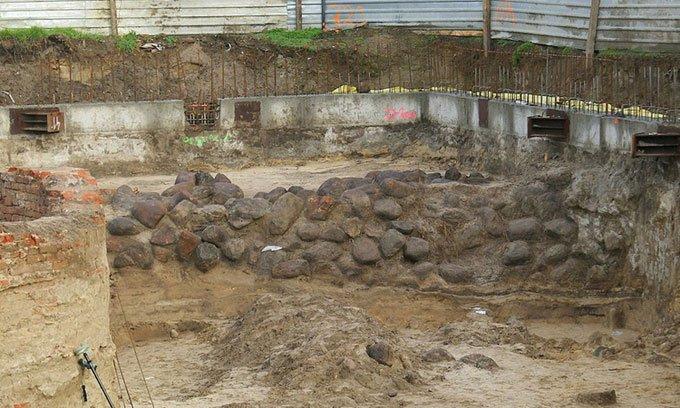 Tường thành cổ được xây từ gỗ, đá và cát.