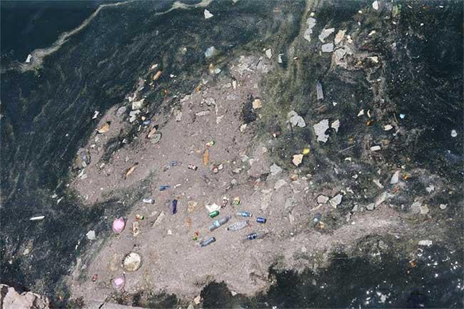 Không ảnh cho thấy rác thải nhựa ngập trong nước biển tại vùng biển Corniche, Lebanon.