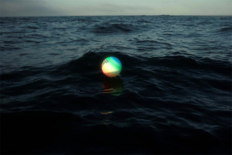 Một quả bóng chuyền được làm bằng nhựa đang trôi nổi trên vịnh Gibraltar