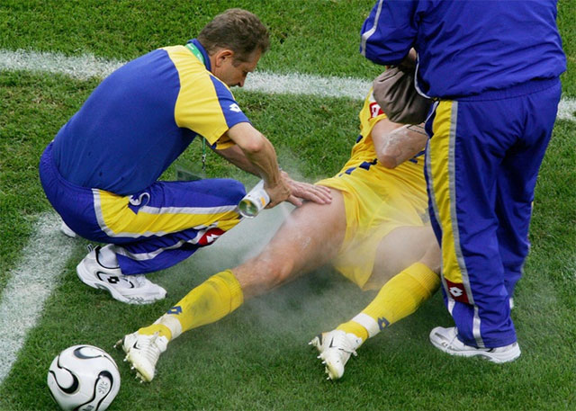 Cầu thủ bóng đá được xịt gì vào vết thương khi bị đau trên sân?