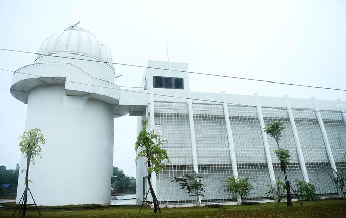 Đài thiên văn được quan sát từ bên ngoài.