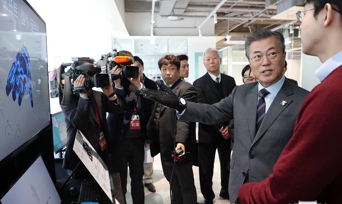 Tổng thống Moon Jae-in tới dự lễ tốt nghiệp vào năm 2018 của sinh viên Viện KH&CN Quốc gia Ulsa  một trong bốn cơ sở đào tạo hàng đầu Hàn Quốc. Nguồn: UNIST
