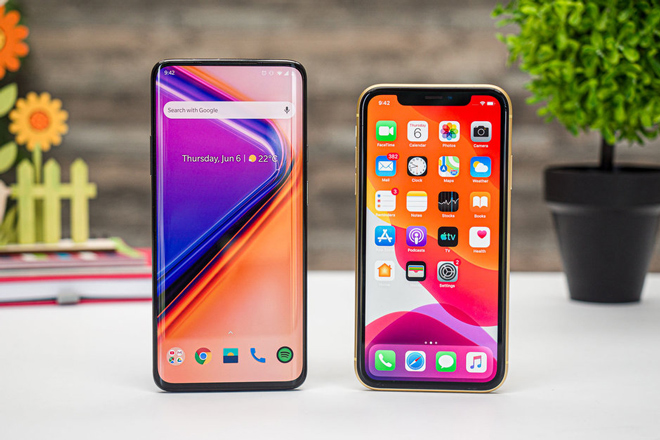 so sanh nhanh oneplus 7 pro va iphone xr hinh anh 1