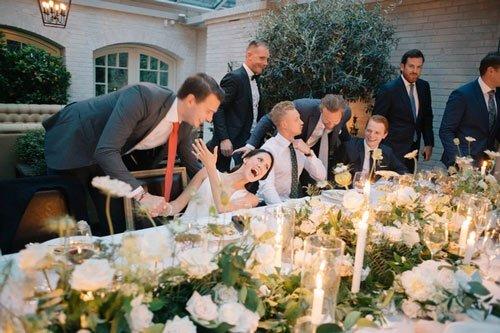 Tại Thụy Điển, trong lễ cưới, chú rể phải tạm lánh mặt để các chàng trai trẻ chưa vợ hôn cô dâu