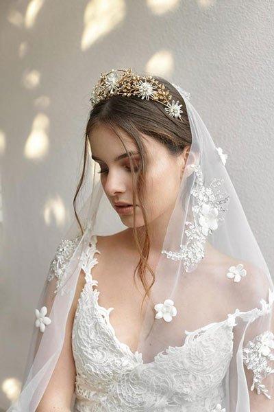 Theo phong tục xưa tại Italy, các khách mời đến dự lễ cưới sẽ tham gia xé rách váy cô dâu để nhận được nhiều may mắn
