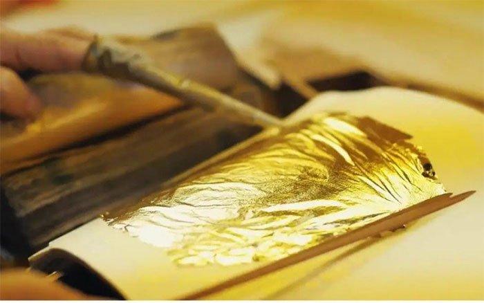 Miếng vàng được lát cực mỏng.