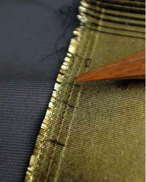 Quần áo làm bằng sợi vàng lấp lánh.