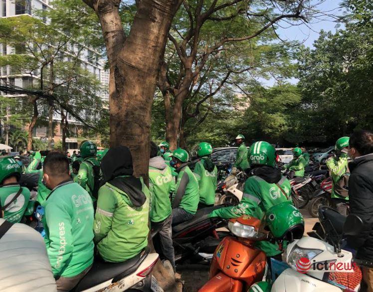 Hàng trăm tài xế Grab tắt ứng dụng, biểu tình vì mức khấu trừ mới