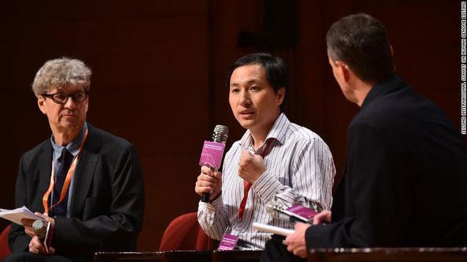 Robin Lovell-Badge  và He Jiankui (giữa) tại Hội nghị Thượng đỉnh Quốc tế lần thứ hai về Chỉnh sửa gene