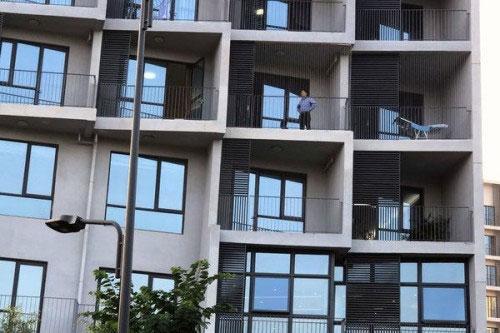 He Jiankui trên ban công tầng 4 một căn hộ tại nhà khách Đại học Khoa học và Công nghệ Hoa Nam, Thâm Quyến.