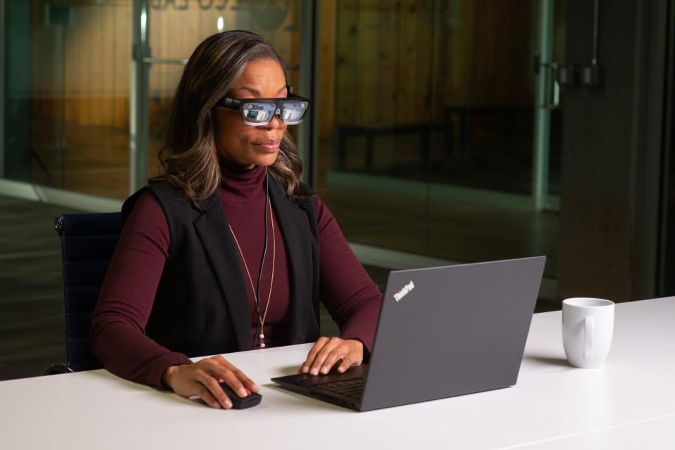 Kính thông minh Lenovo ThinkReality A3 hiển thị tối đa 5 màn hình ảo ảnh 1