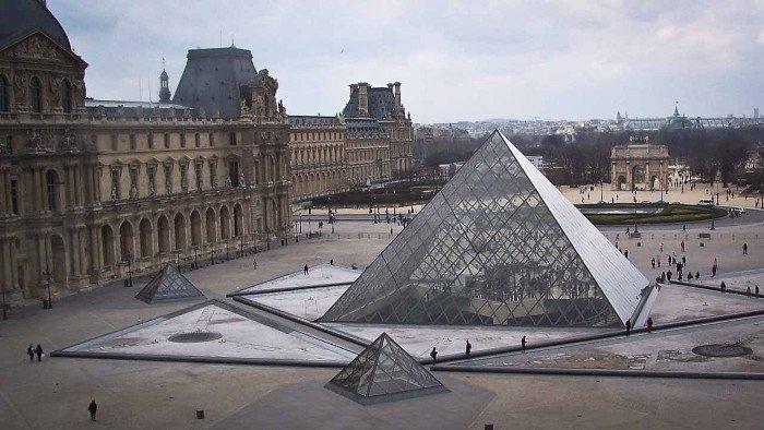 Kim tự tháp kính Louvre