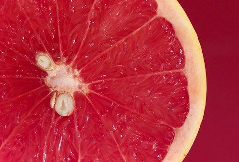 Bưởi chùm là một loại quả giúp bạn bổ sung một lượng lớn vitamin C – chất giúp bạn tăng cường khả năng miễn dịch với bệnh cảm cúm. Bưởi đắng cũng chứa nhiều chất flavonoid giúp tăng cường khả năng hoạt động của hệ miễn dịch. Nếu bạn không thích vị đắng của loại quả này, bạn có thể thay thế bằng cam hay quýt vì chúng cũng có tác dụng tương tự.