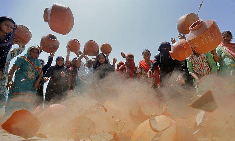Phụ nữ Ấn đập bình chứa nước để phản đối chuyện chính quyền không đảm bảo nước sinh hoạt