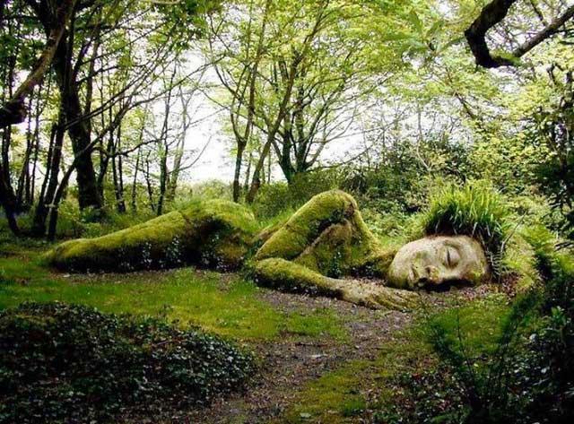 Bức tượng về thiếu nữ say ngủ trong khu vườn hơn 400 năm tuổi