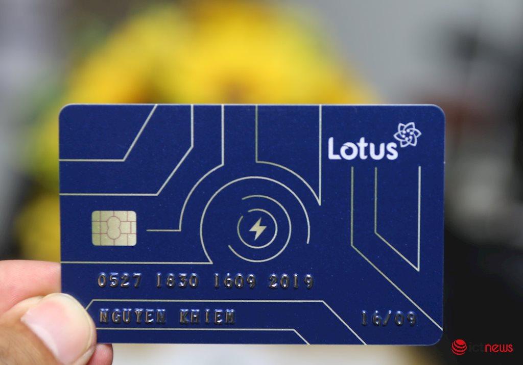 Cận cảnh thiệp mời thiên biến vạn hoá của mạng xã hội Lotus, có hình dạng như một chiếc thẻ ATM