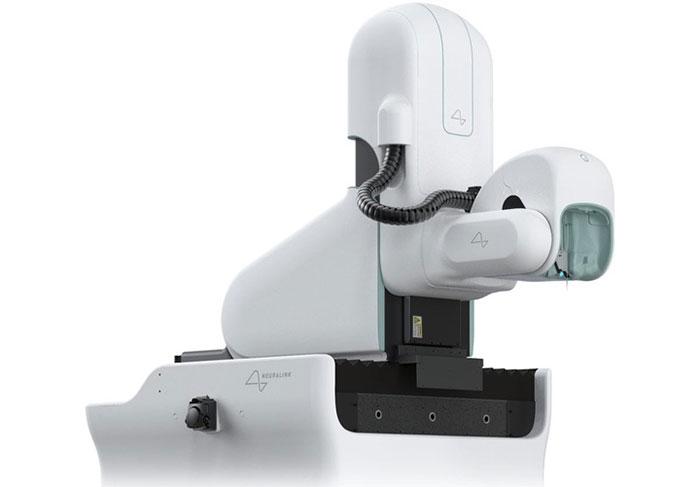 Robot này cao hơn 2,4m và có thể di chuyển theo 5 trục.