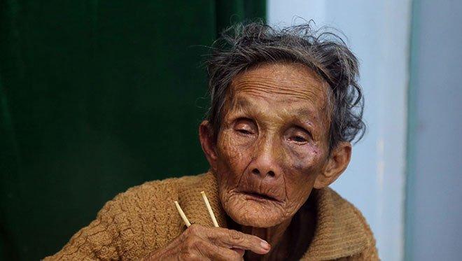 Bà Nguyễn Thị Nha, 88 tuổi, được sơ tán đến nhà văn hóa thôn Phước Đồng, Nha Trang.