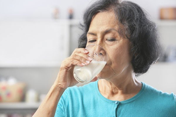 Uống sữa hay ăn các thực phẩm dạng lỏng sẽ giúp người già dễ ăn hơn khi gặp vấn đề răng miệng.