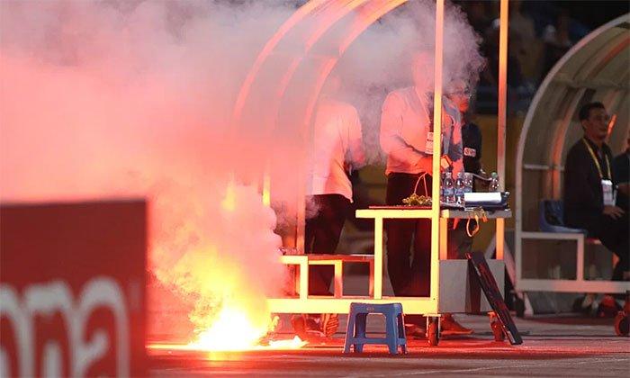 Pháo sáng đốt tại sân vận động không dễ dập tắt vì nó được thiết kế kích ứng với nước.