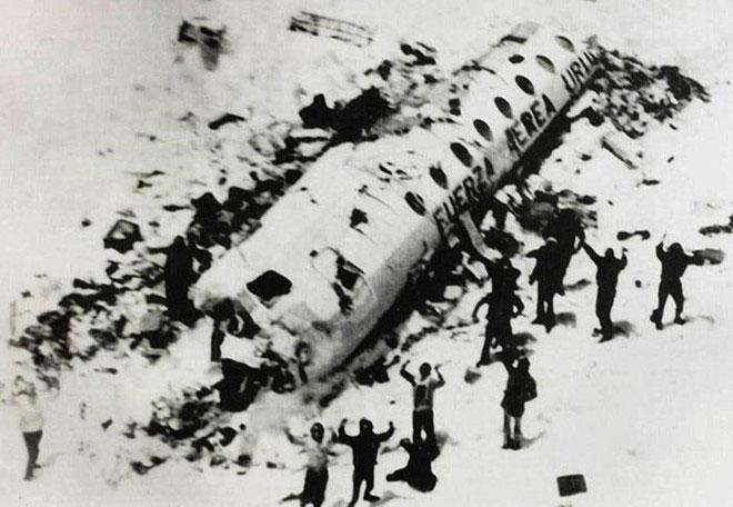 Hình ảnh nạn nhân vụ rơi máy bay Andes đã phải ăn thịt đồng loại để tồn tại.
