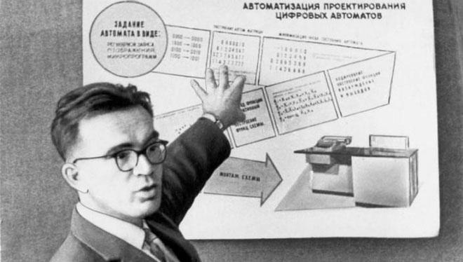 Ông Viktor Glushkov đang trình bày về các hệ thống quản trị thông tin.