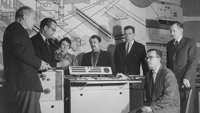 Ông Glushkov bên cạnh chiếc máy tính bàn Dnepr năm 1960.