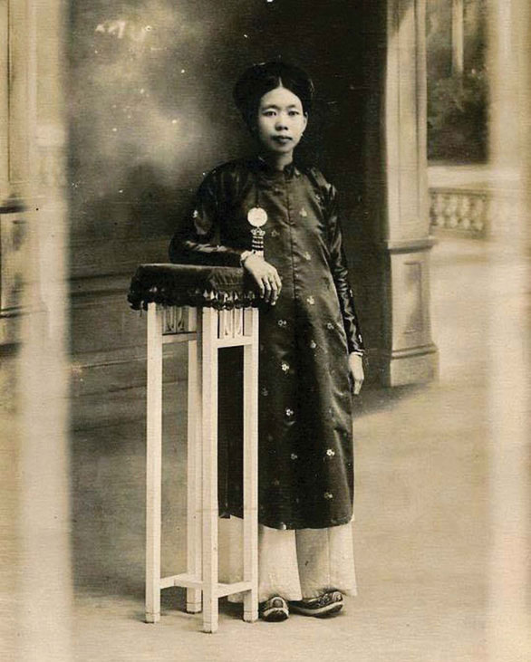 Di ảnh của TS Hoàng Thị Nga tại bàn thờ từ đường họ Hoàng ở Đông Ngạc, Bắc Từ Liêm, Hà Nội