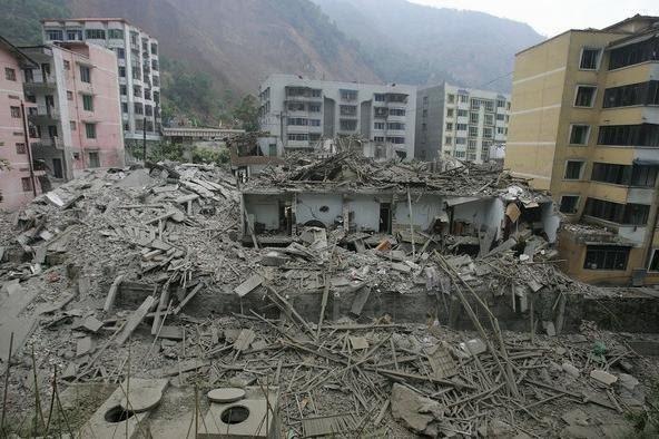 Những tòa nhà đổ nát sau một trận động đất.