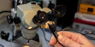 Laser tầng lượng tử terahertz (terahertz quantum cascade lasers) trên thiết bị - Ảnh: Đại học Leeds