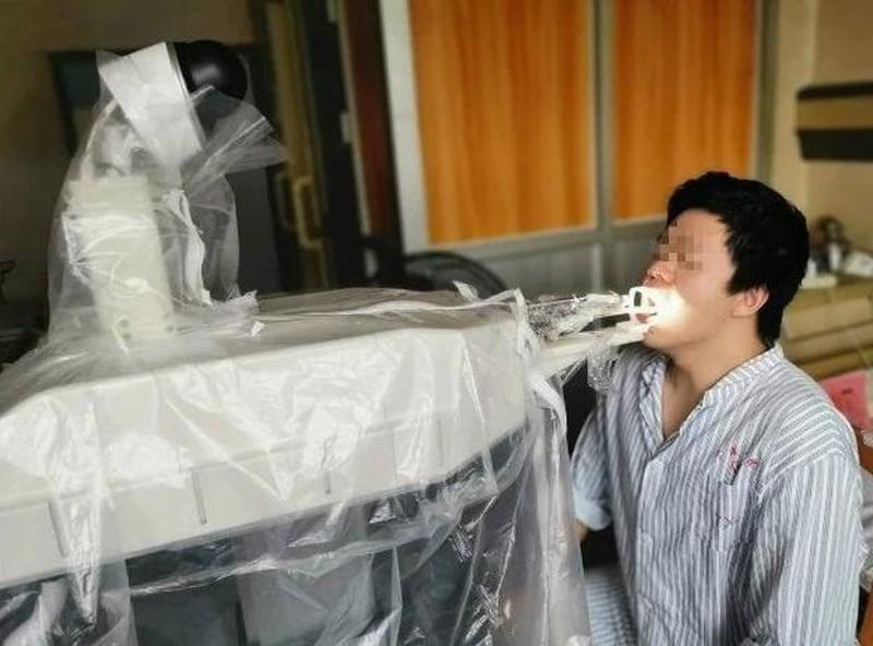 Robot Trung Quoc thay y ta lay mau benh pham