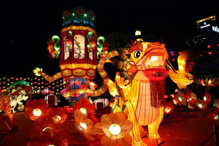 Người Trung Hoa thường tổ chức múa rồng vào dịp Trung Thu, còn người Việt múa sư tử hay múa lân.
