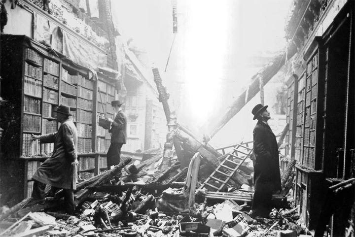 Thứ 6 ngày 13/9/1940, 5 quả bom của phát xít Đức rơi trúng cung điện Buckingham và phá hủy nhà thờ trong cung điện.