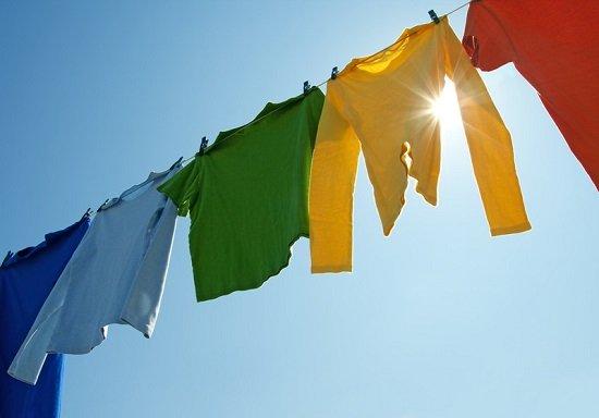 Phơi quần áo dưới ánh nắng mặt trời