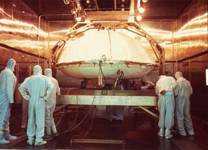 Một tàu đổ bộ Viking được khử trùng trước chuyến đi đến Hỏa tinh vào những năm 1970.