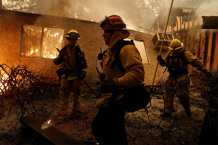 Do gió mạnh, hai đám cháy lớn phía tây Los Angeles nhấn chìm những ngọn đồi và hẻm núi phía trên Thái Bình Dương.