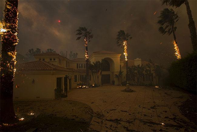 Biển lửa khủng khiếp đã quét sạch mọi thứ bên trong căn nhà của các ngôi sao Hollywood