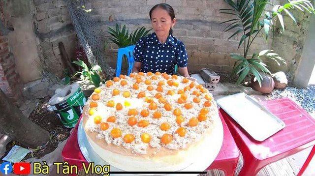 Làm bánh bông lan siêu to khổng lồ, bà Tân Vlog bị dân mạng tố clip sặc mùi dàn dựng