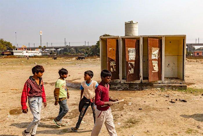 Dãy toilet mục nát tại khu ổ chuột ở Faridabad .