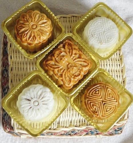 Bánh trung thu Việt Nam có 2 loại là bánh nướng và bánh dẻo.