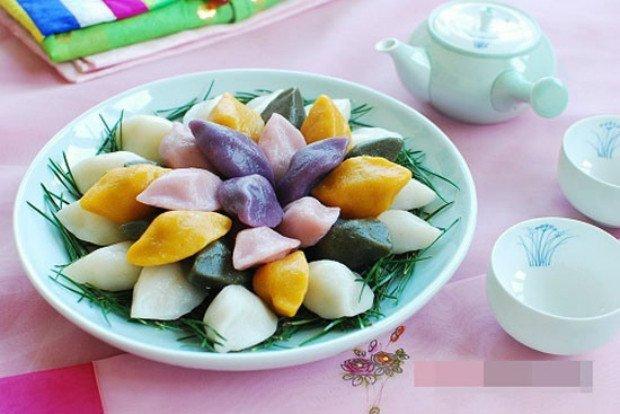 Songpyeon là tên gọi bánh Trung thu ở Hàn Quốc, nghĩa là bánh gạo hình bán nguyệt.