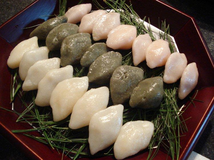 Bánh Songpyeon chín sẽ được xếp lên lớp lá thông tươi để giữ nguyên hình dạng bánh, đồng thời tạo hương vị lạ.