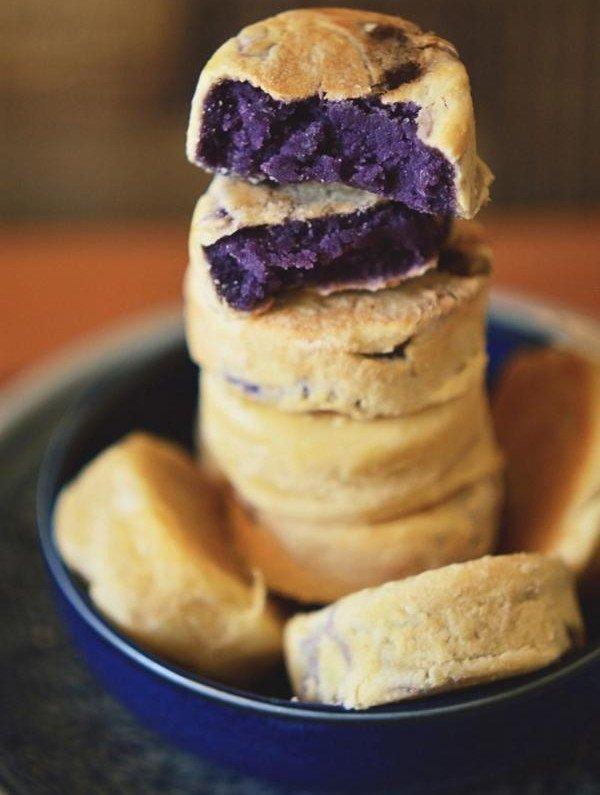 Có nhiều phiên bản bánh hopia như: hopiang mungo (bán nướng đậu xanh), hopiang baboy (bánh nướng thịt heo
