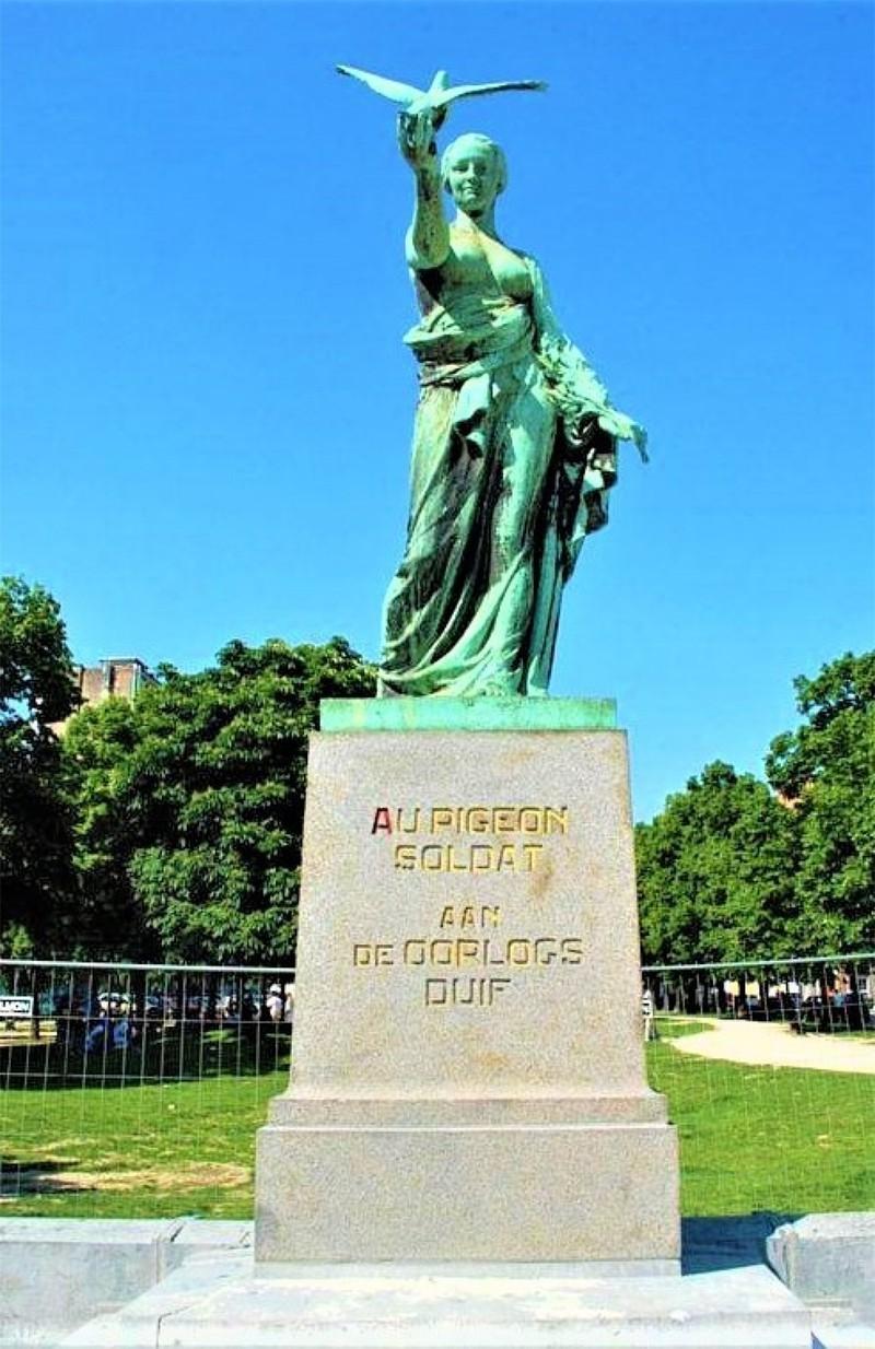 """Tượng đài vinh danh những """"chiến binh lông vũ"""" ở Brussels (Bỉ); Nguồn: topwar.ru"""