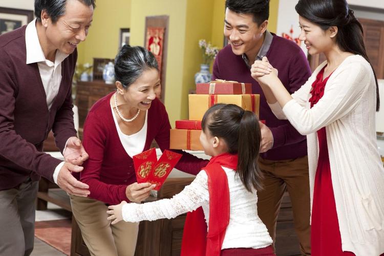 Tiền mừng tuổi đầu năm, còn có ý nghĩa tượng trưng cho sức khỏe, may mắn, thành đạt...