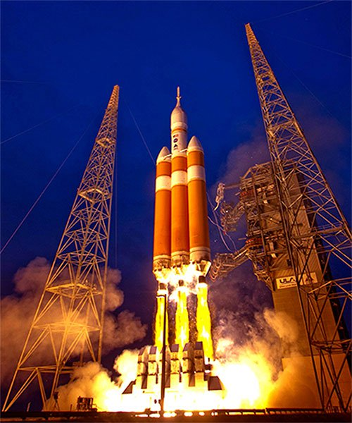 Tên lửa đẩy Delta IV Heavy đưa con tàu thăm dò Parker lên vũ trụ.