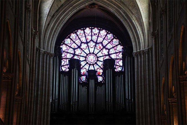 Cửa sổ hoa hồng tại Nhà thờ Đức Bà Paris